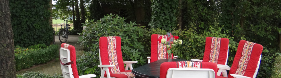 vakantiehuis twente tuinstoelen op terras